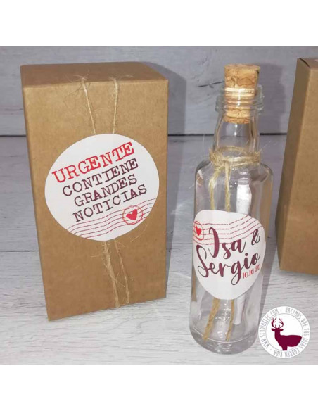 Invitación de boda mensaje en botella de cristal. Se presenta en una caja kraft con pegatinas personalizadas.