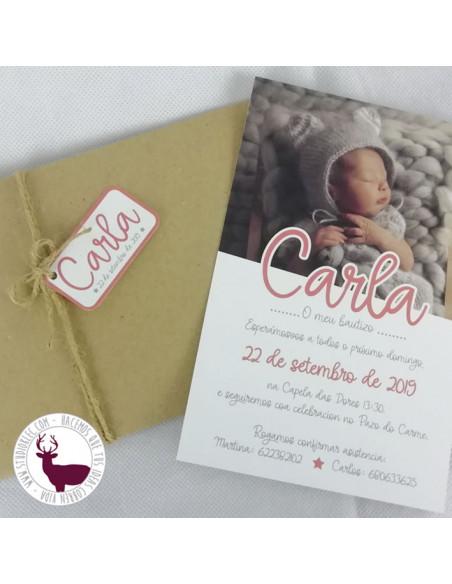 Invitación para bautizo, con la foto del bebé. Color coral.