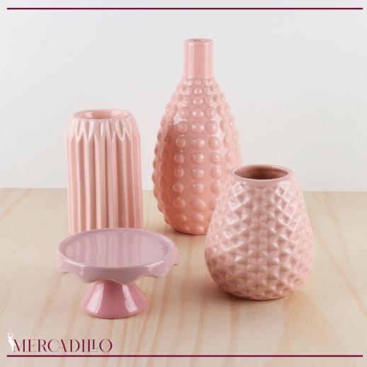 Jarrones y portavelas de cerámica tonos rosas.