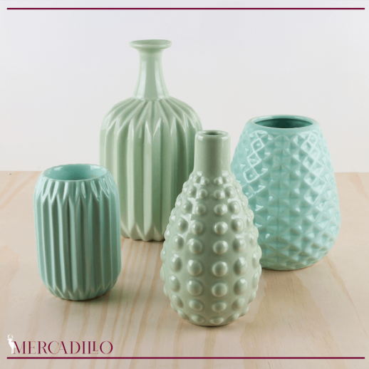 Jarrones y portavelas de cerámica tonos turquesa.