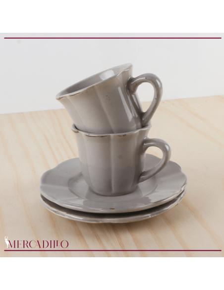 Conjunto de tazas de cerámica con platillos.