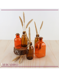 Conjunto de botellitas de cristal y trigo preservado.