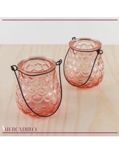 Jarrones en cristal rosa con dibujo de escamas.