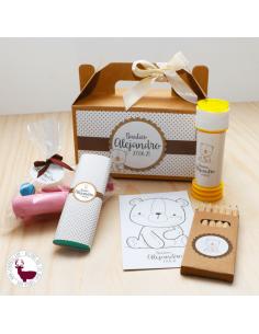 Caja picnic con pompero, lápices, lámina personalizada, chocolatina y chuches.
