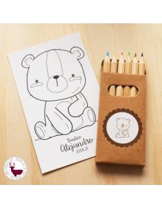 Caja con lápices de colores y lámina personalizados.